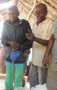 Kintolo le vieu papa qui a commence a manger les arachides parce qu il avait si faim